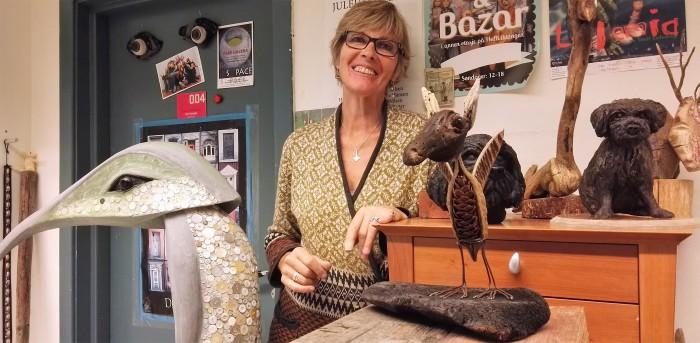 """Kari Noreger åpner sin utstilling """"Animalesque"""" med figurer og skulpturer 10. april. Hun er månedens utstiller i Nesoddparken. Foto: Marius Morstøl Jenssen"""