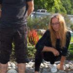 DISPLACED: Kurator Randi Kalgraff og de tre kunstnerne Pere Galera, Hanne B. Nystrøm og Jenny Rydhagen speiler seg som en Narkissos i gresk mytologi i sine egne speilbilder. Foto: MMJ
