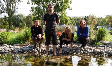 DISPLACED: Kurator Randi Kalgraff og de tre kunstnerne Pere Galera, Hanne B. Nystrøm og Jenny Rydhagen. Foto: MMJ