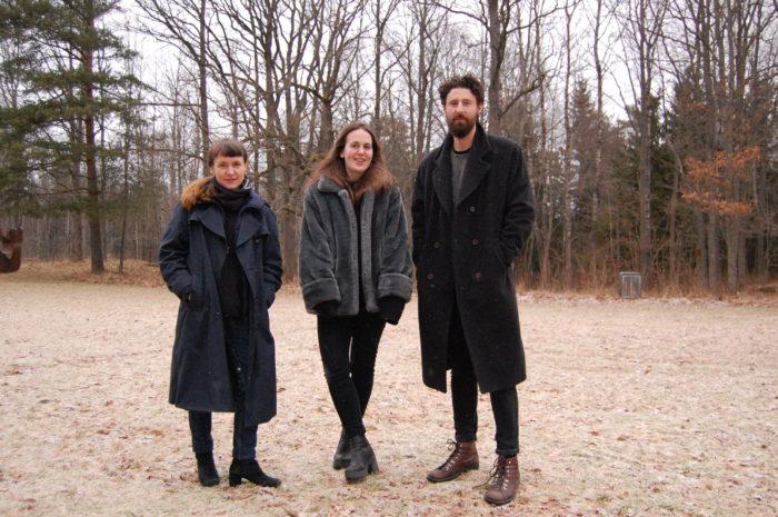 Camilla Steinum, Aurora Passero og Robin Danielsson er kunstnergruppen Nikotin. Her på gressplenen mot skogen på baksiden av bygningen. Foto: mmj 6.6.2017