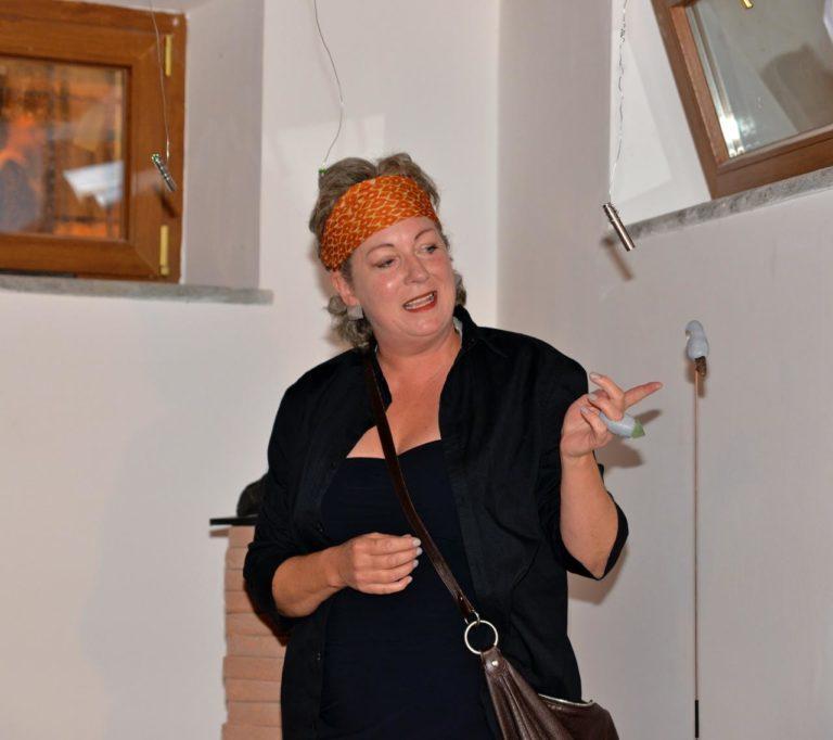 """Randi Elmenhorst bidro med seks ringer til utstillingen under TolfArte kalt """"Digest - part 1"""". De er laget med halvedelstener som blir spist av vesener (i leire) ..."""