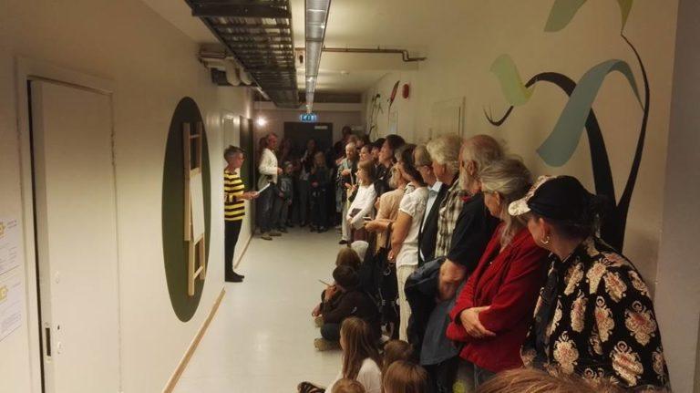 Fra åpningen av Korridor. Iben Sandemose fremfører Pere Galera sin tekst og innleder hans performance.