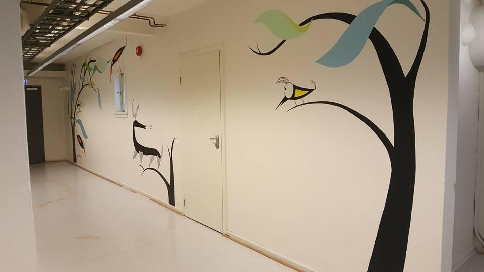 """""""Flyveblad"""" av Iben Sandemose. Akryl på vegg. Foto: Grandefoto"""