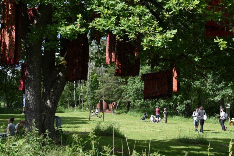 Wildlife skulpturpark: Installasjonen med tepper i treet og treskjæring av skulpturer er ved Gunvor Nervold Antonsen.